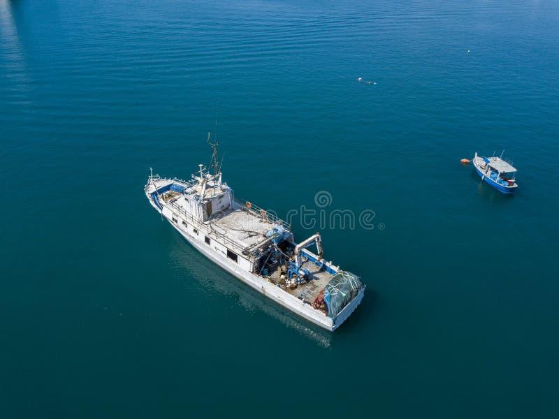 Вид с воздуха рыбацкой лодки причаливая набережной, ждать для того чтобы причалить стоковые фотографии rf