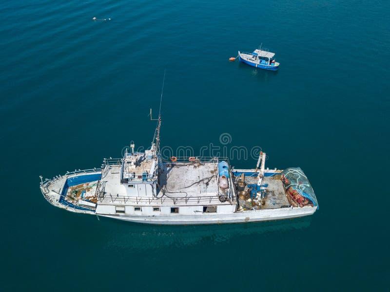 Вид с воздуха рыбацкой лодки причаливая набережной, ждать для того чтобы причалить стоковое изображение rf
