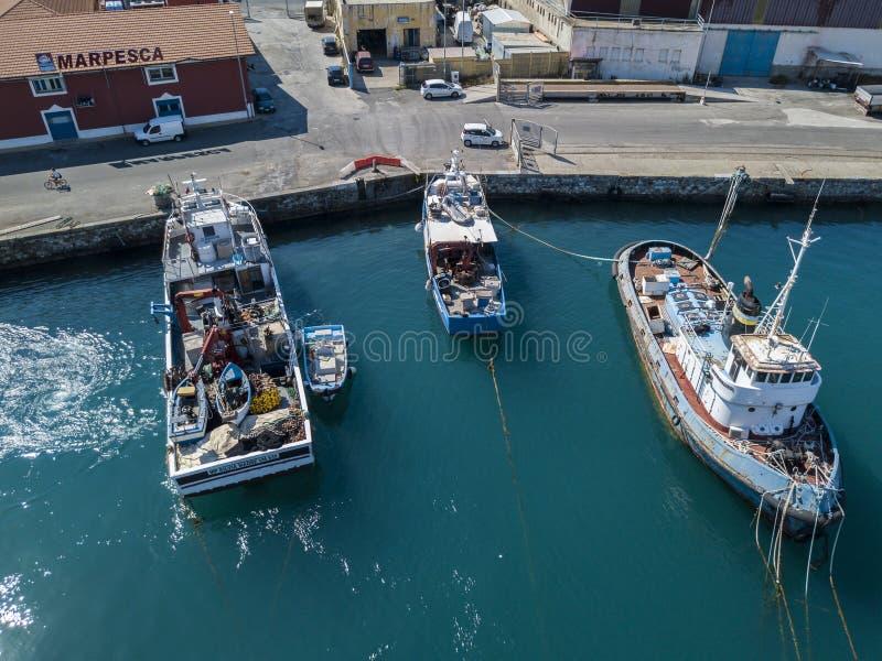 Вид с воздуха рыбацкой лодки причаливая набережной, ждать для того чтобы причалить стоковое изображение