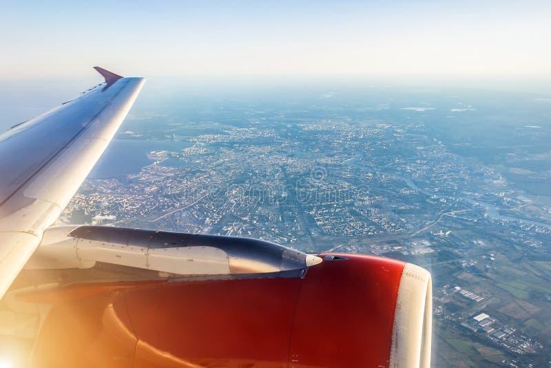 Вид с воздуха Санкт-Петербурга, России, от самолета с крылом в фронте, концепция перемещения стоковое фото