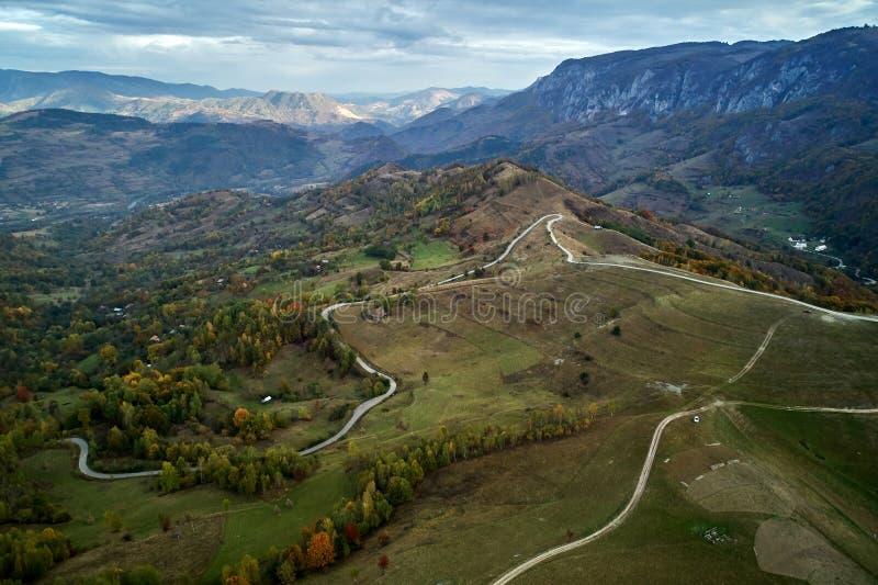 Вид с воздуха сельской местности прикарпатских гор в утре осени стоковые изображения