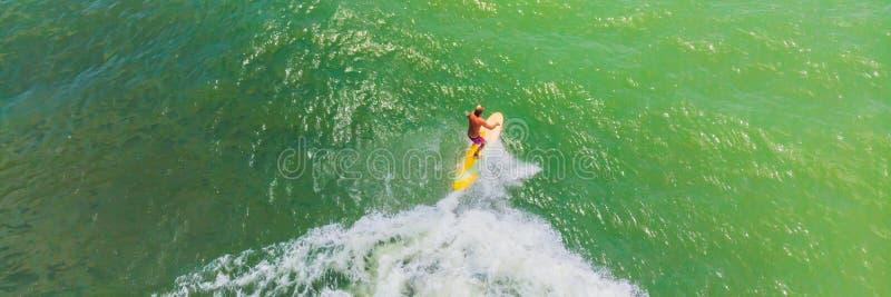 Вид с воздуха серферов ждать волну в океане на ЗНАМЕНИ ясного дня, ДЛИННОМ ФОРМАТЕ стоковая фотография rf