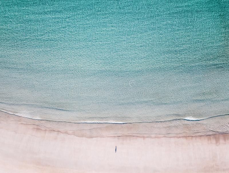 Вид с воздуха сиротливого человека на пляже стоковая фотография rf