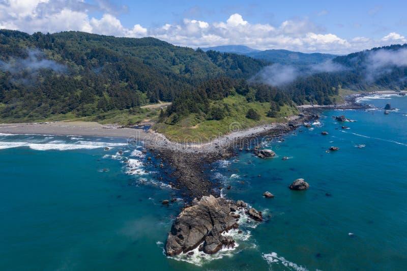 Вид с воздуха скалистой береговой линии северной калифорния стоковая фотография rf