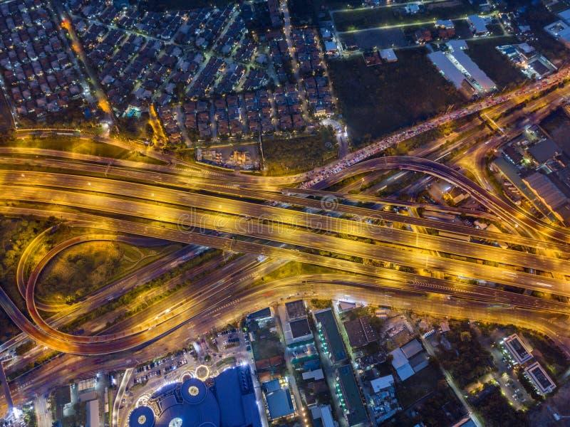 Вид с воздуха скоростной дороги на ноче стоковые фотографии rf