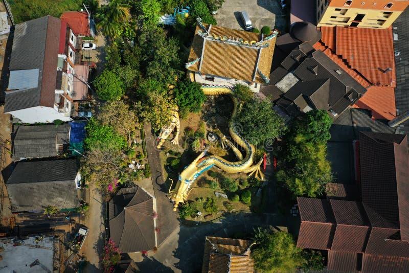 Вид с воздуха - скульптура тоннелей Дракона в китайском храме в Чианмай, Таиланд стоковое фото rf