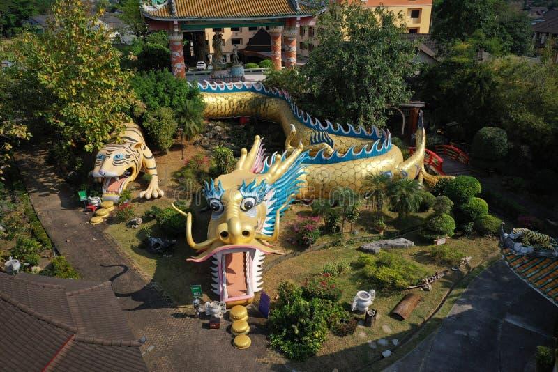 Вид с воздуха - скульптура тоннелей Дракона в китайском храме в Чианмай, Таиланд стоковая фотография rf