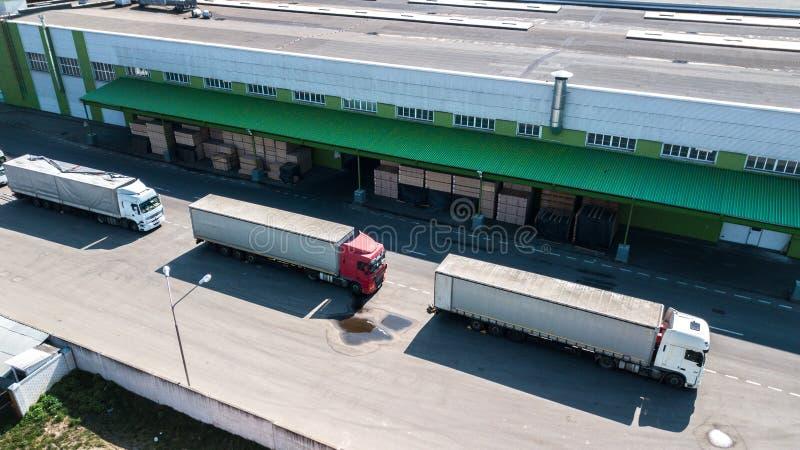 Вид с воздуха снабжения разбивочный сверху Тележки на загрузке стоковое изображение rf