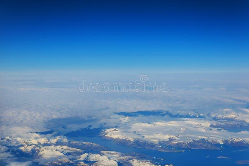 Вид с воздуха снега и туманные каникулы зимы горизонта на белых снежных горах - отключение бродяжничает к исключительным роскошны стоковые изображения
