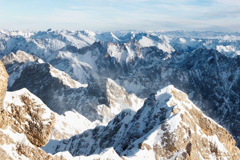 Вид с воздуха снежных саммитов горы стоковые изображения