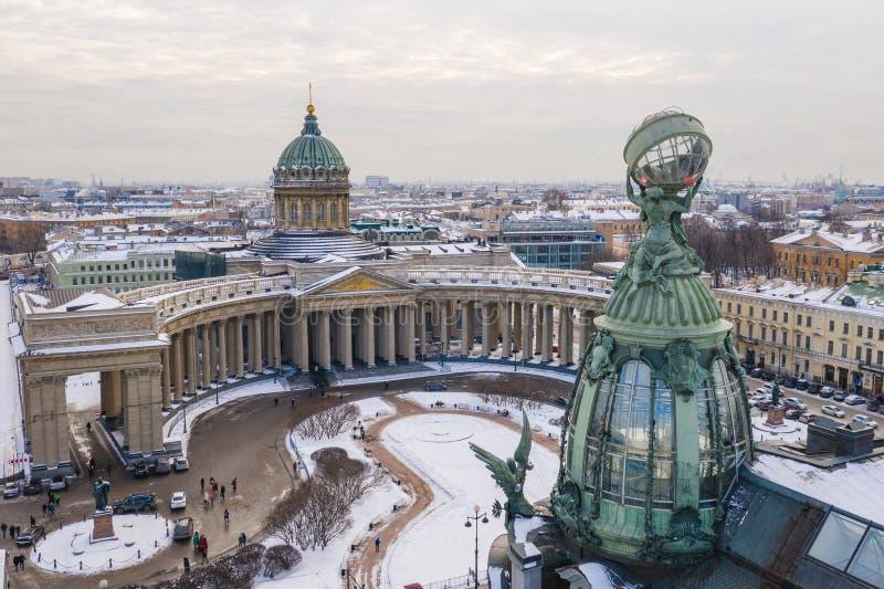 Вид с воздуха собора в ясном зимнем дне, медного купола Казани, креста золота, colomns, перспективы Nevsky, здания Zinger, стоковые изображения rf