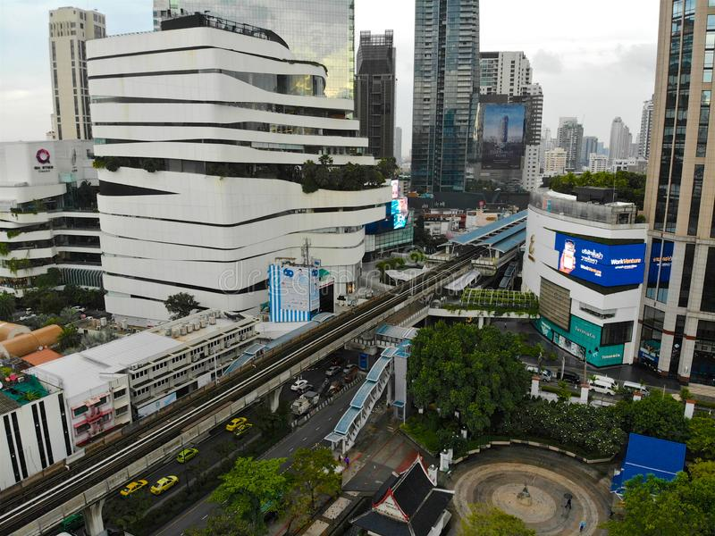 Вид с воздуха современного города Бангкока с транспортом поезда здания и неба стоковое изображение