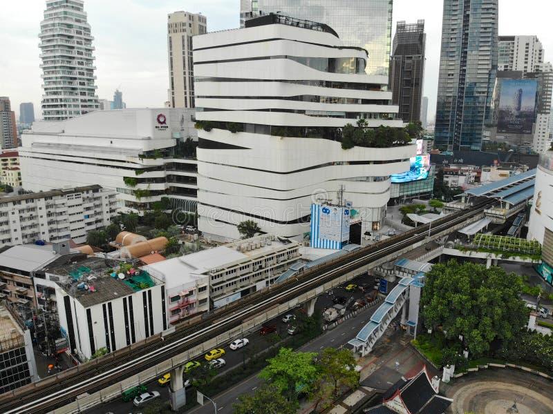 Вид с воздуха современного города Бангкока с транспортом поезда здания и неба стоковое изображение rf