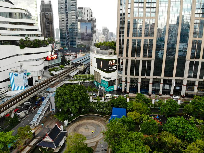 Вид с воздуха современного города Бангкока с транспортом поезда здания и неба стоковые фото