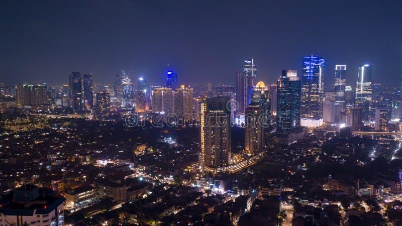 Вид с воздуха современных офисных зданий на nighttime в Джакарте стоковое фото