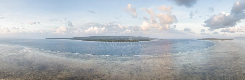 Вид с воздуха спокойного рифа плоский в национальном парке Wakatobi стоковое фото rf