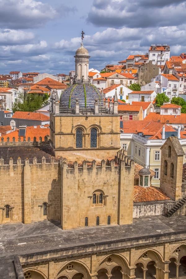 Вид с воздуха средневекового здания города собора Коимбры, Коимбры и неба как предпосылка, Португалия стоковое фото rf