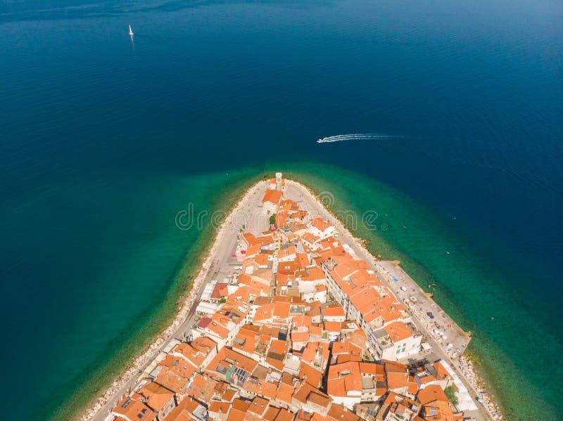 Вид с воздуха старого городка Piran, Словении, Европы Предпосылка концепции туризма летних каникулов стоковое изображение