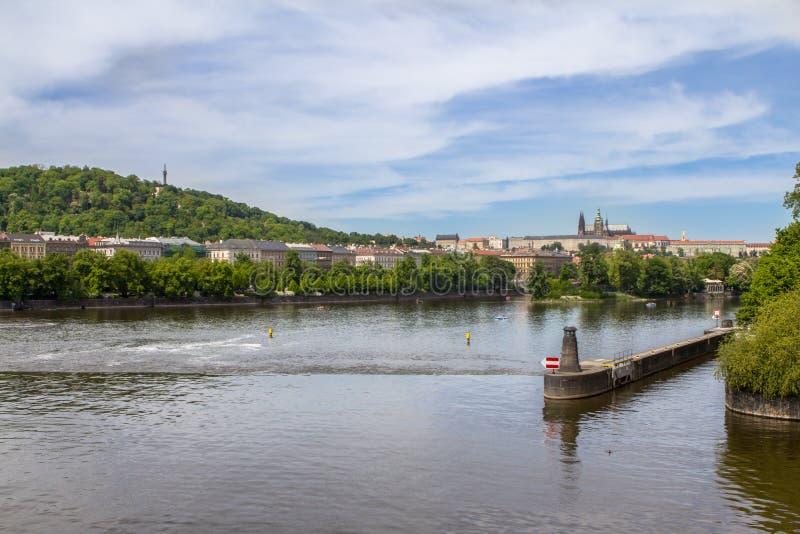 Вид с воздуха старых городка и собора ` s Vitus Святого в Prag стоковые фото