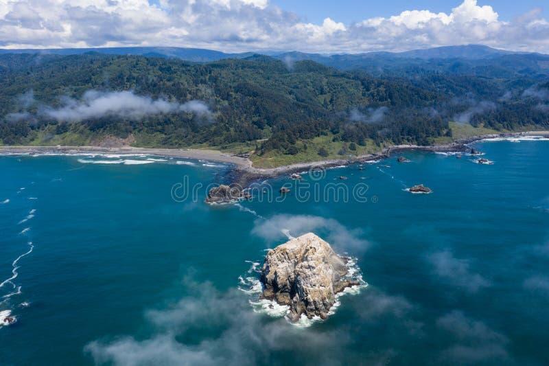 Вид с воздуха стога моря и береговой линии Калифорния стоковая фотография rf
