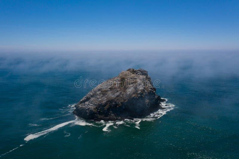 Вид с воздуха стога моря и морского слоя в Калифорния стоковое изображение