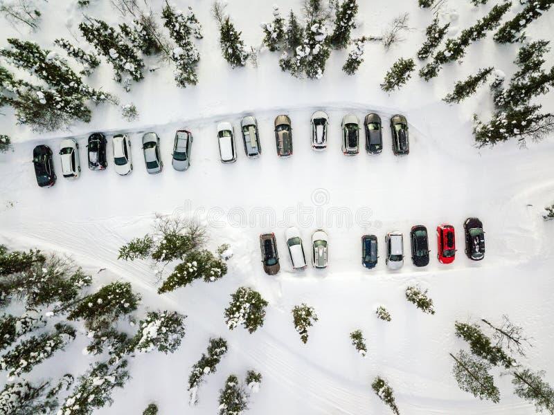 Вид с воздуха стоянки зимы в лесе в сельской Финляндии стоковое изображение rf