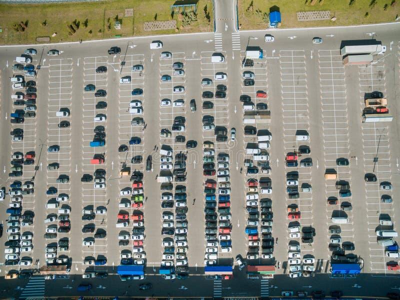 вид с воздуха строк автомобилей на автостоянке мола стоковые фотографии rf