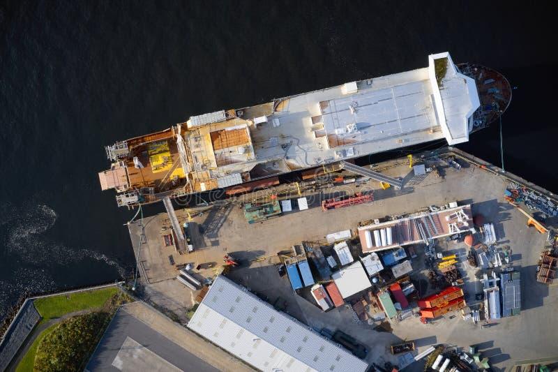 Вид с воздуха судостроения на гавани верфи с кораблем в конструкции с ремонтиной Великобританией стоковая фотография rf