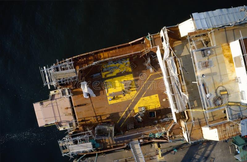 Вид с воздуха судостроения на гавани верфи с кораблем в конструкции с ремонтиной Великобританией стоковое фото
