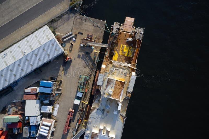Вид с воздуха судостроения на гавани верфи с кораблем в конструкции с ремонтиной Великобританией стоковые фотографии rf
