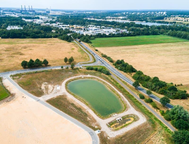 Вид с воздуха таза удерживания дождя на крае новой разработки, принятом вкосую стоковые фотографии rf