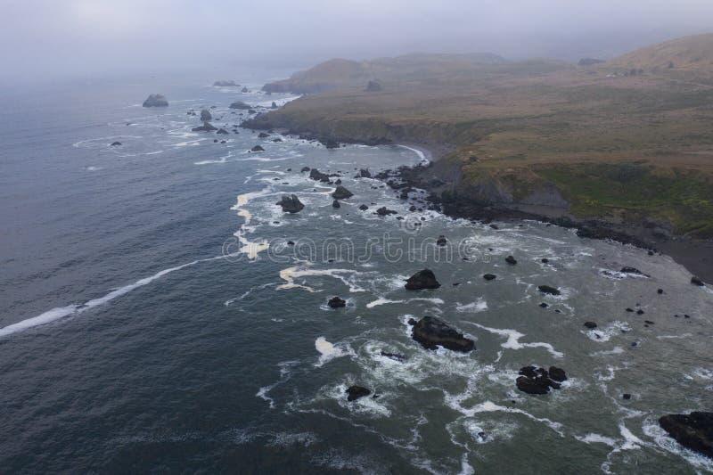 Вид с воздуха Тихого океана и северная калифорния плавают вдоль побережья стоковое фото rf