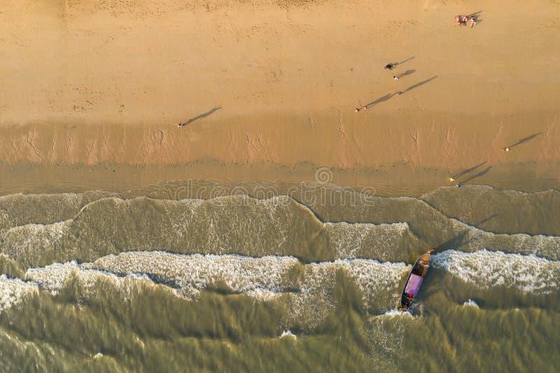 Вид с воздуха тропического пляжа с белым песком во время предпосылки захода солнца стоковая фотография