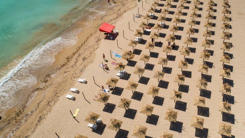 Вид с воздуха тропического пляжа с зонтиками соломы Тропическая береговая линия пляжа моря, летний отпуск стоковое фото rf