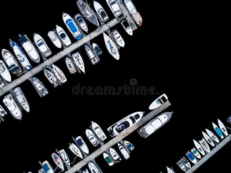Вид с воздуха трутнем яхт-клуба и Марины Взгляд сверху яхт-клуба Белые шлюпки в морской воде Яхты дока Марины и малое moto стоковая фотография rf