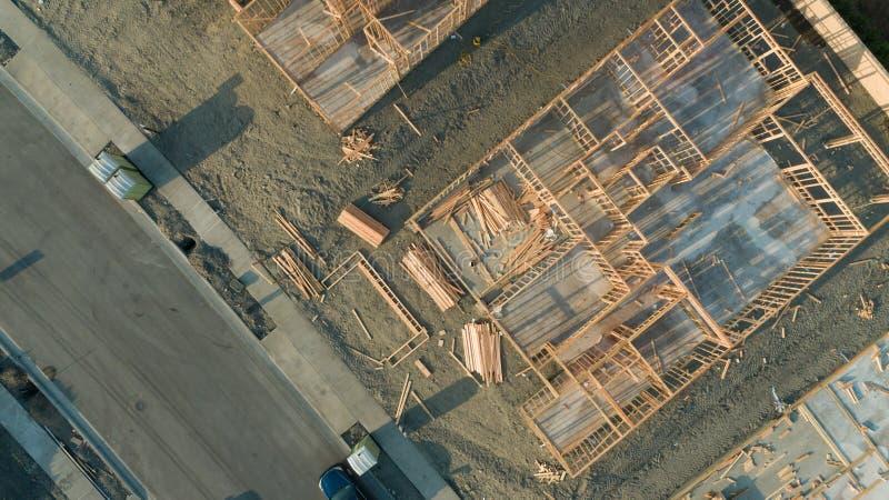 Вид с воздуха трутня домашних учреждений и рамки строительной площадки стоковые фото