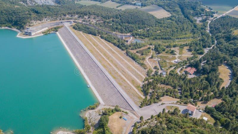 Вид с воздуха трутня запруды озера Montedoglio искусственное озеро Италия стоковые изображения rf