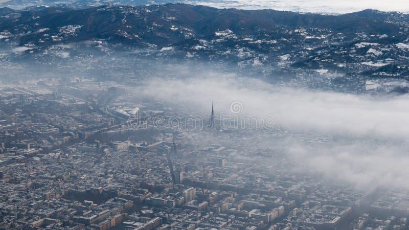 Вид с воздуха Турина Городской пейзаж Турина сверху, Италия Зима, туман и облака на skylline Смог и загрязнение воздуха стоковое изображение