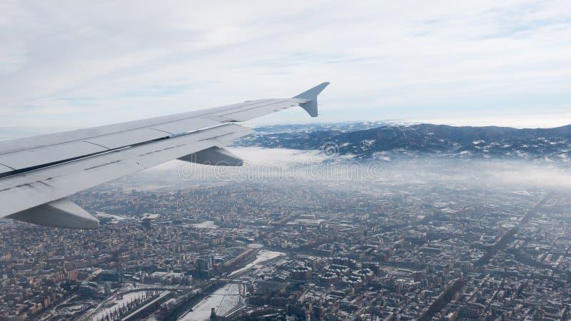 Вид с воздуха Турина Городской пейзаж Турина сверху, Италия Зима, туман и облака на skylline Смог и загрязнение воздуха стоковые изображения rf