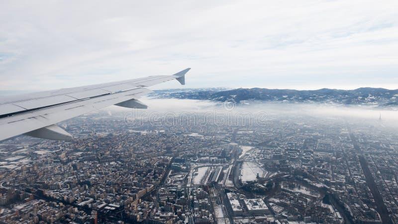 Вид с воздуха Турина Городской пейзаж Турина сверху, Италия Зима, туман и облака на skylline Смог и загрязнение воздуха стоковое фото rf