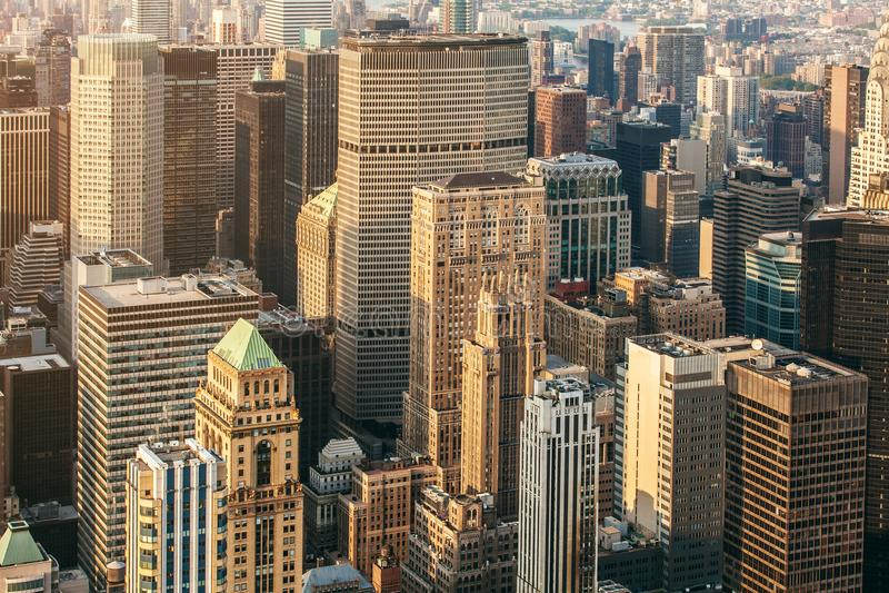 Вид с воздуха улицы New York City Манхаттан с движением небоскребов, пешеходных и многодельных Взгляд от Эмпайра Стейта Билдинга стоковое фото