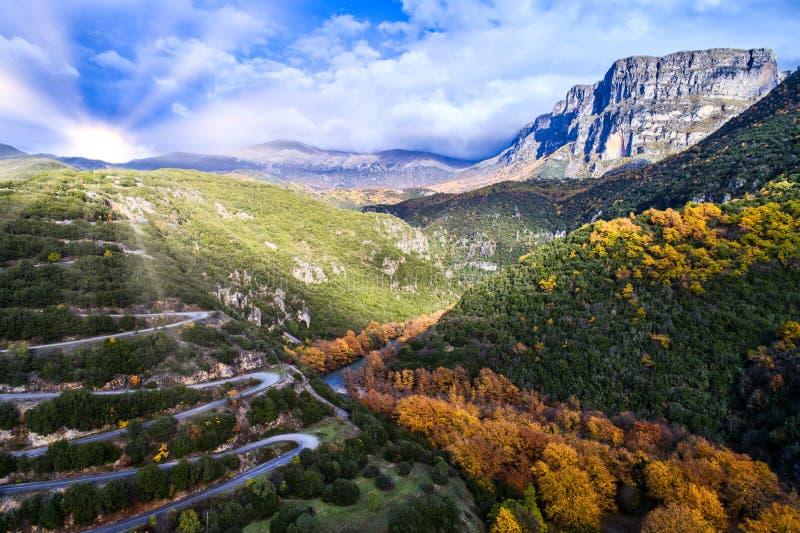 Вид с воздуха ущелья Vikos в осени и захолустное стоковое фото rf