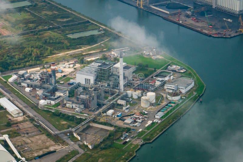 Вид с воздуха фабрик в промышленном районе стоковое изображение rf