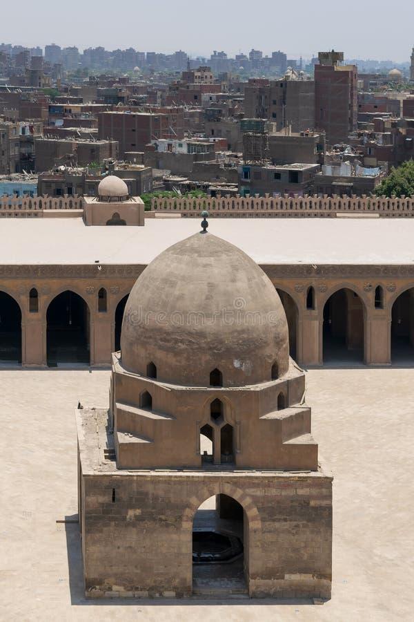 Вид с воздуха фонтана омовения мечети Ibn Tulun исторической с домами grunge на заднем плане, Каир, Египет стоковое фото