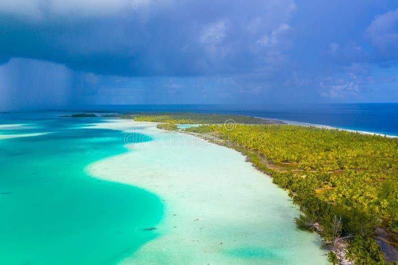 Вид с воздуха Французской Полинезии Таити острова атолла Fakarava и голубой лагуны стоковые фото