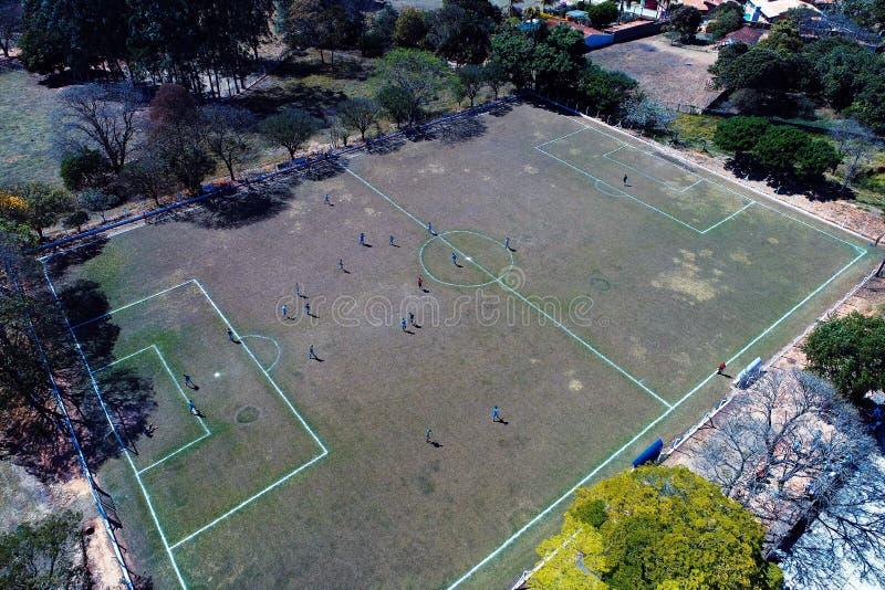 Вид с воздуха футбольного поля сельской местности стоковые изображения rf