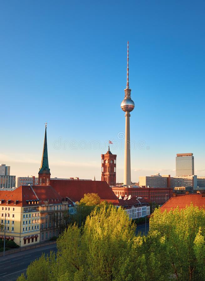 Вид с воздуха центрального Берлина на яркий день весной с телефоном стоковое фото rf