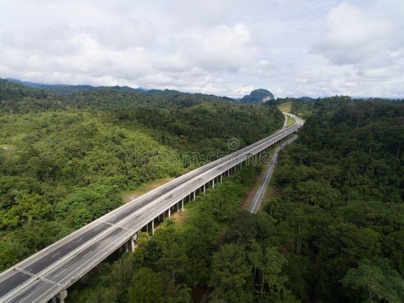 Вид с воздуха центрального шоссе расположенного в lipis kuala, pahang CSR дороги позвоночника, Малайзии стоковые изображения