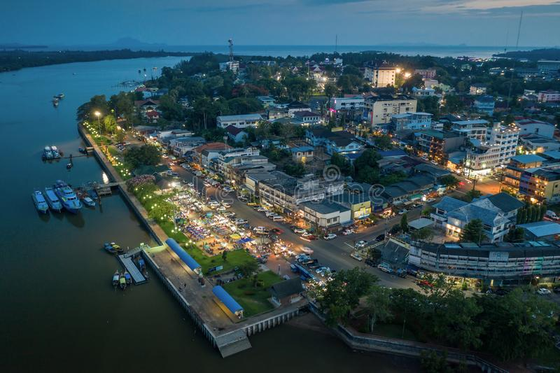 Вид с воздуха центра города Krabi во время предпосылки неба захода солнца стоковые изображения rf