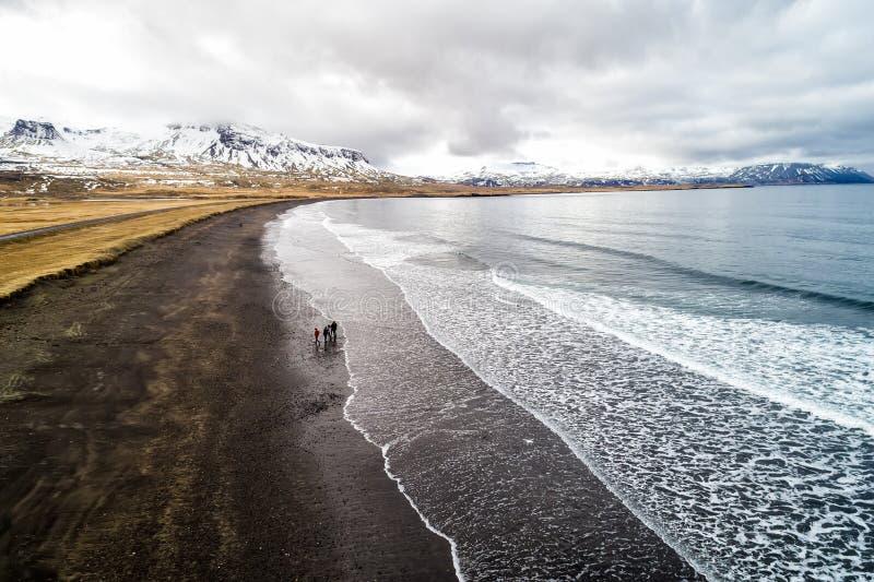 Вид с воздуха черного песчаного пляжа Brimilsvellir стоковые изображения rf
